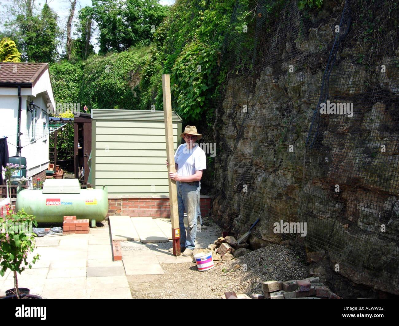 Ein Mann Oben Zaunpfosten Reparieren Und Bauen Eine Terrasse Im