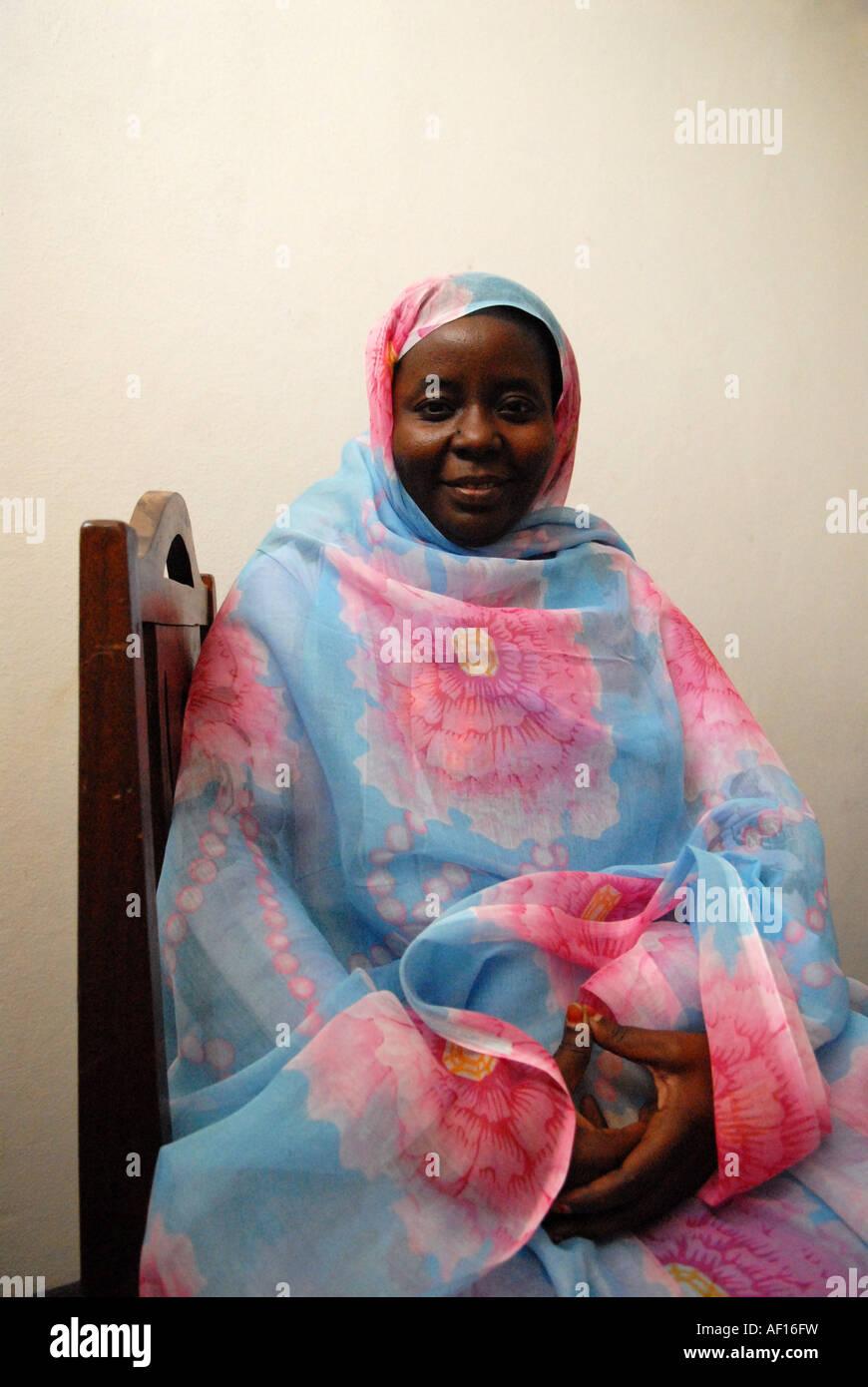 Porträt einer mauretanischen Frau trägt die traditionelle Malafa Stockbild