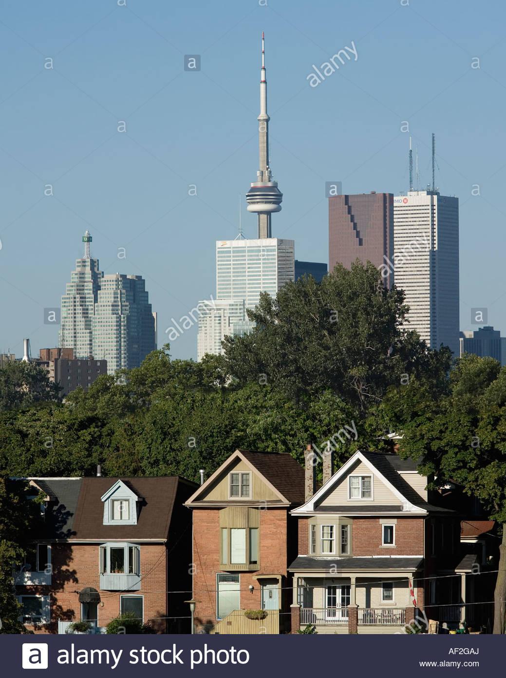 Computer Imaging bewegt diese Toronto Häuser von 100 m zu bringen, im Einklang mit der Skyline von Toronto Stockbild