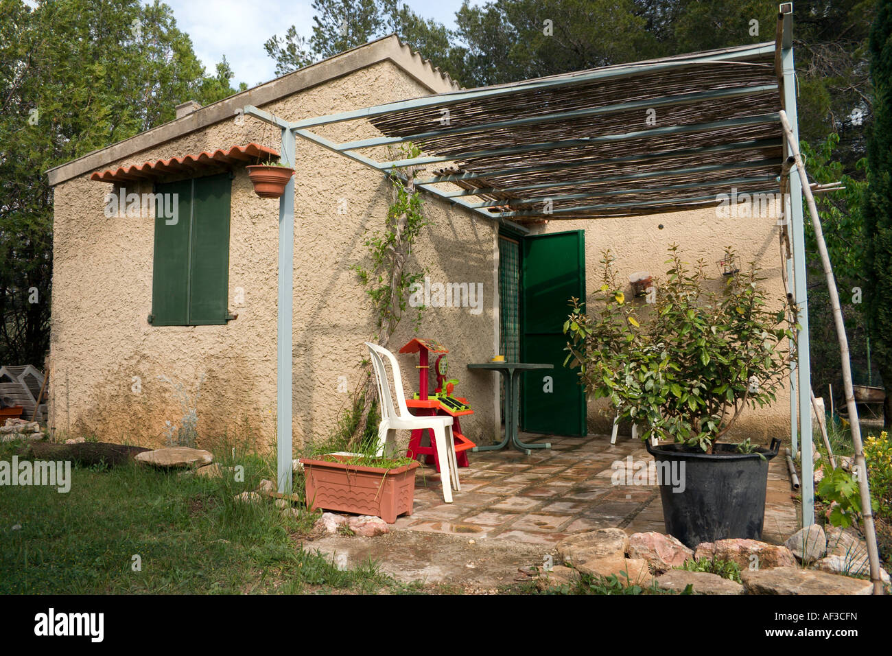 kleines landhaus in provence frankreich stockfoto bild 13818296 alamy. Black Bedroom Furniture Sets. Home Design Ideas