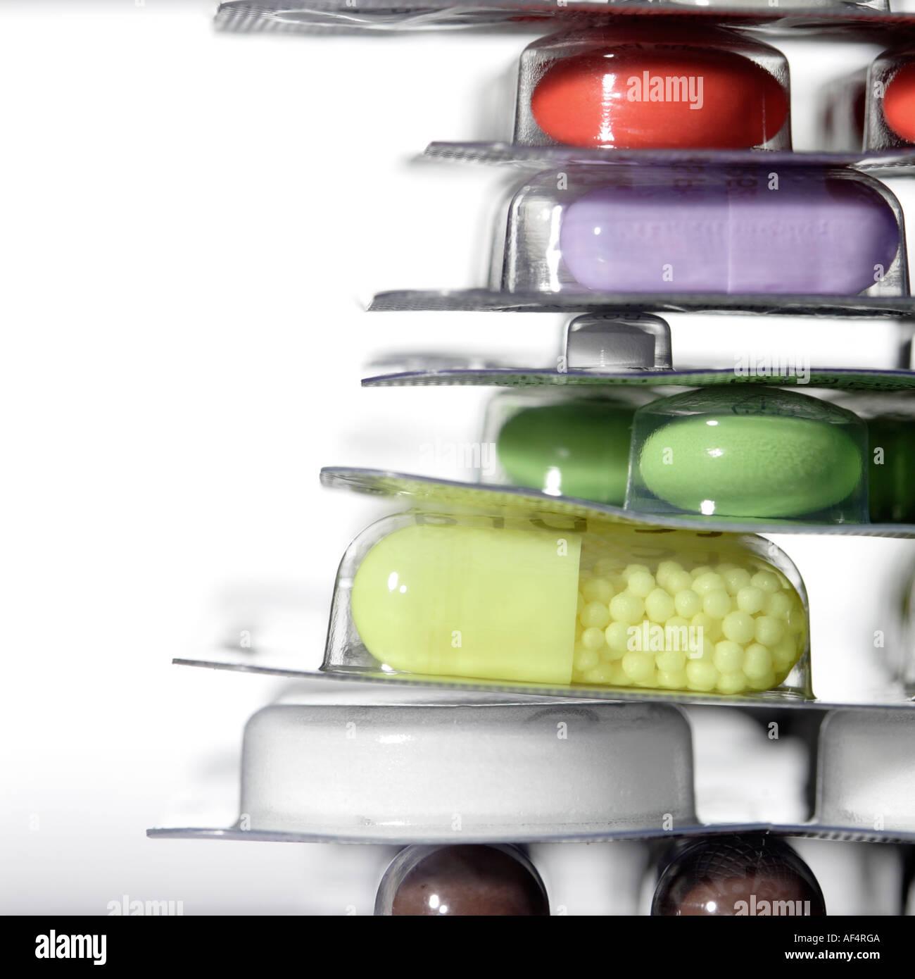 Stillleben mit Pillen, Tabletten und Kapseln auf weißem Hintergrund - Kopie Raum auf der linken Seite Stockbild