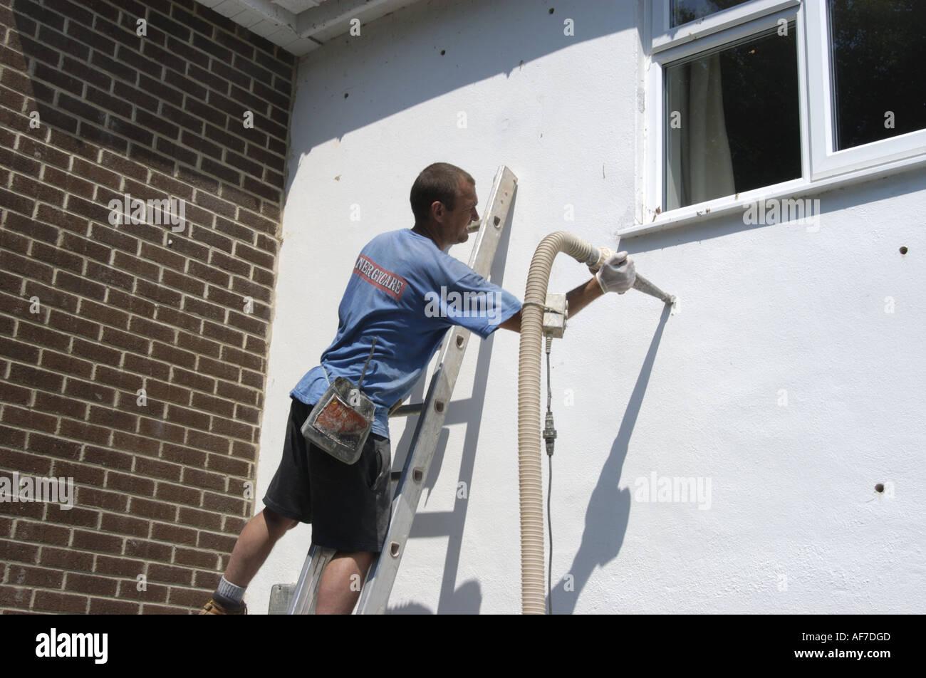 Installation von Raumwandisolierung in modernen Haus im Devon England Stockfoto