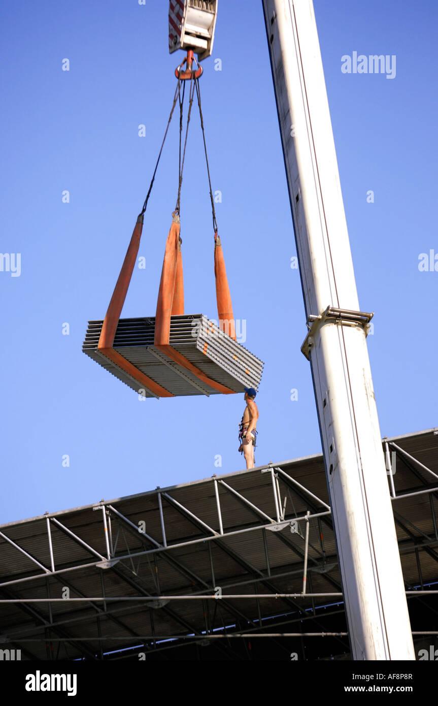Kran heben Dachmaterial auf einer Metallkonstruktion Stockfoto, Bild ...