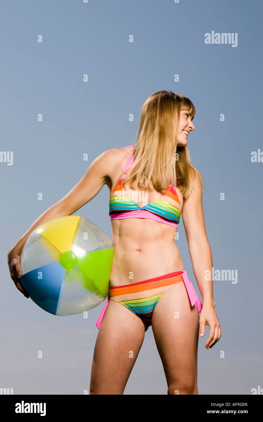 junge frau im bikini beach ball halten stockfoto bild 13875906 alamy. Black Bedroom Furniture Sets. Home Design Ideas