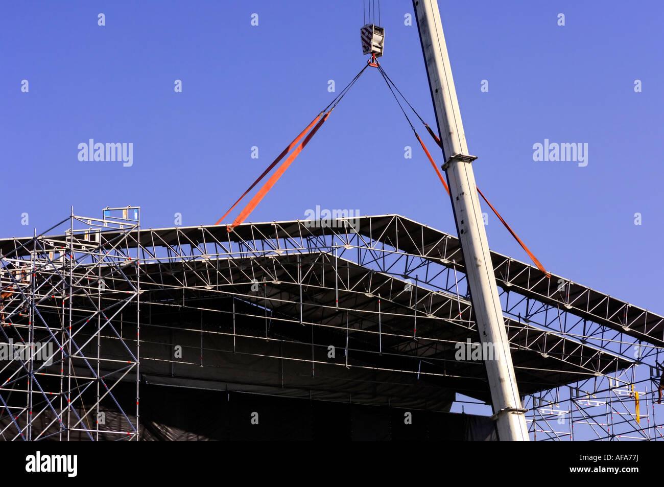 Kran auf einer Baustelle ein Metall Dachstuhl anheben Stockfoto ...