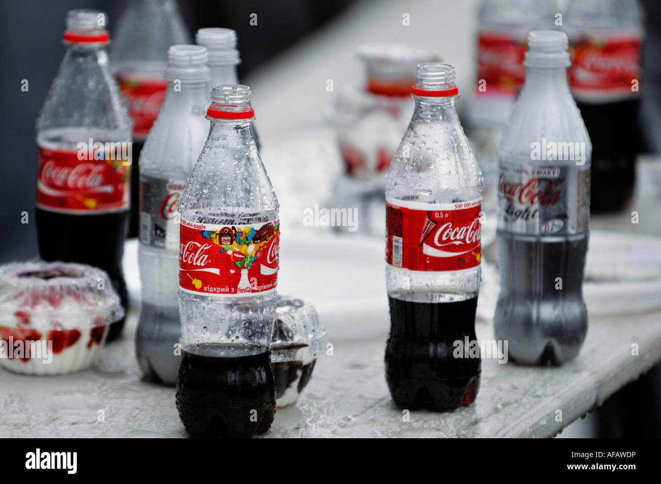 Amerikanischer Kühlschrank Coca Cola : Offenen coca cola flaschen stockfoto bild  alamy