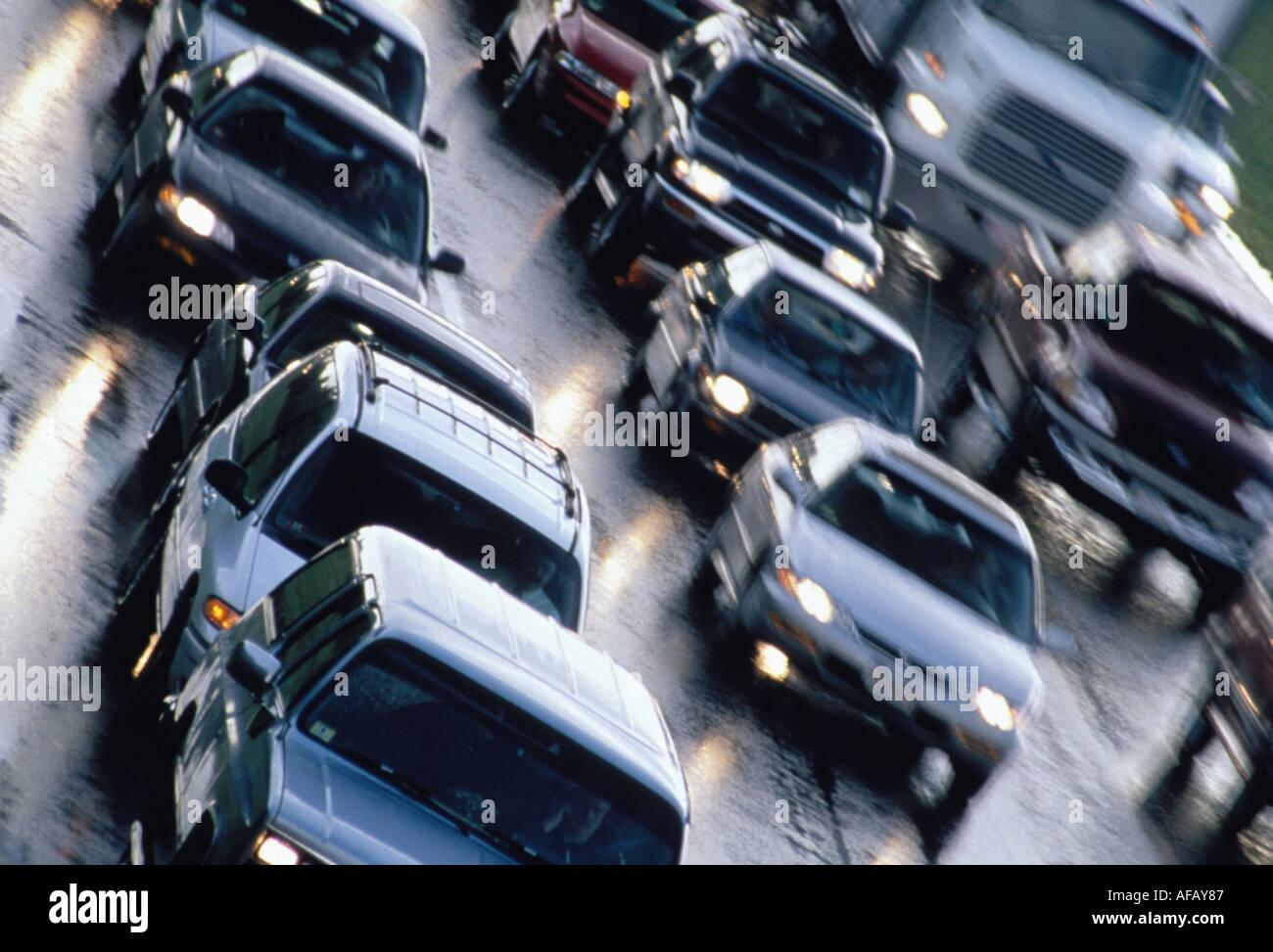 Autos im Feierabendverkehr im Regen Stockbild