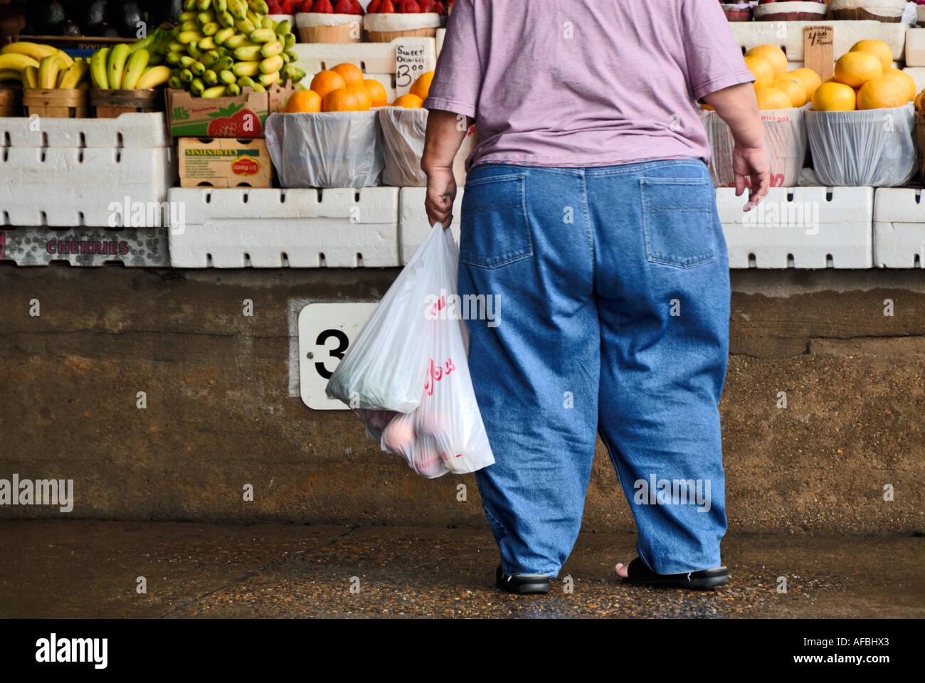 starke Frau am Obststand Stockbild