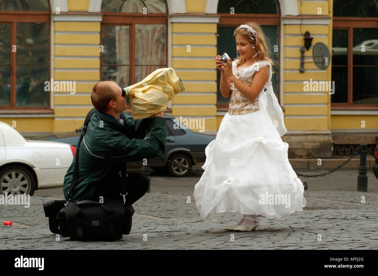 Kameramann eine Videoaufnahme von einer jungen Brautjungfer trägt ...