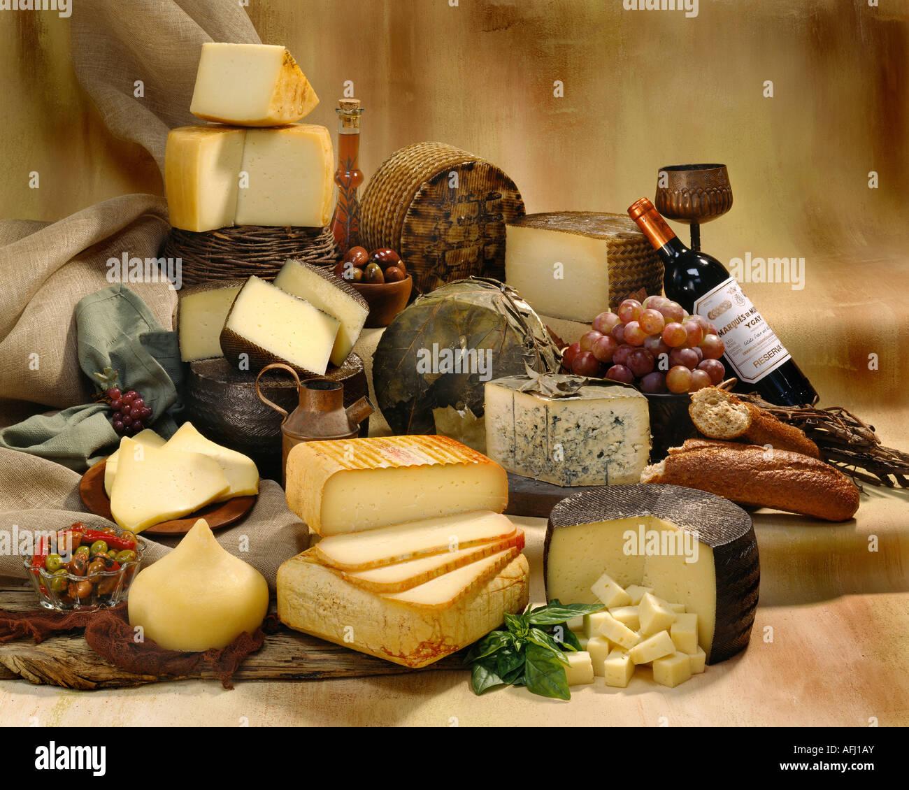 Spanische Käsesorten in Gruppe Farbfoto auf tan getönten gesprenkelte Hintergrund. Querformat, Studio Stockbild