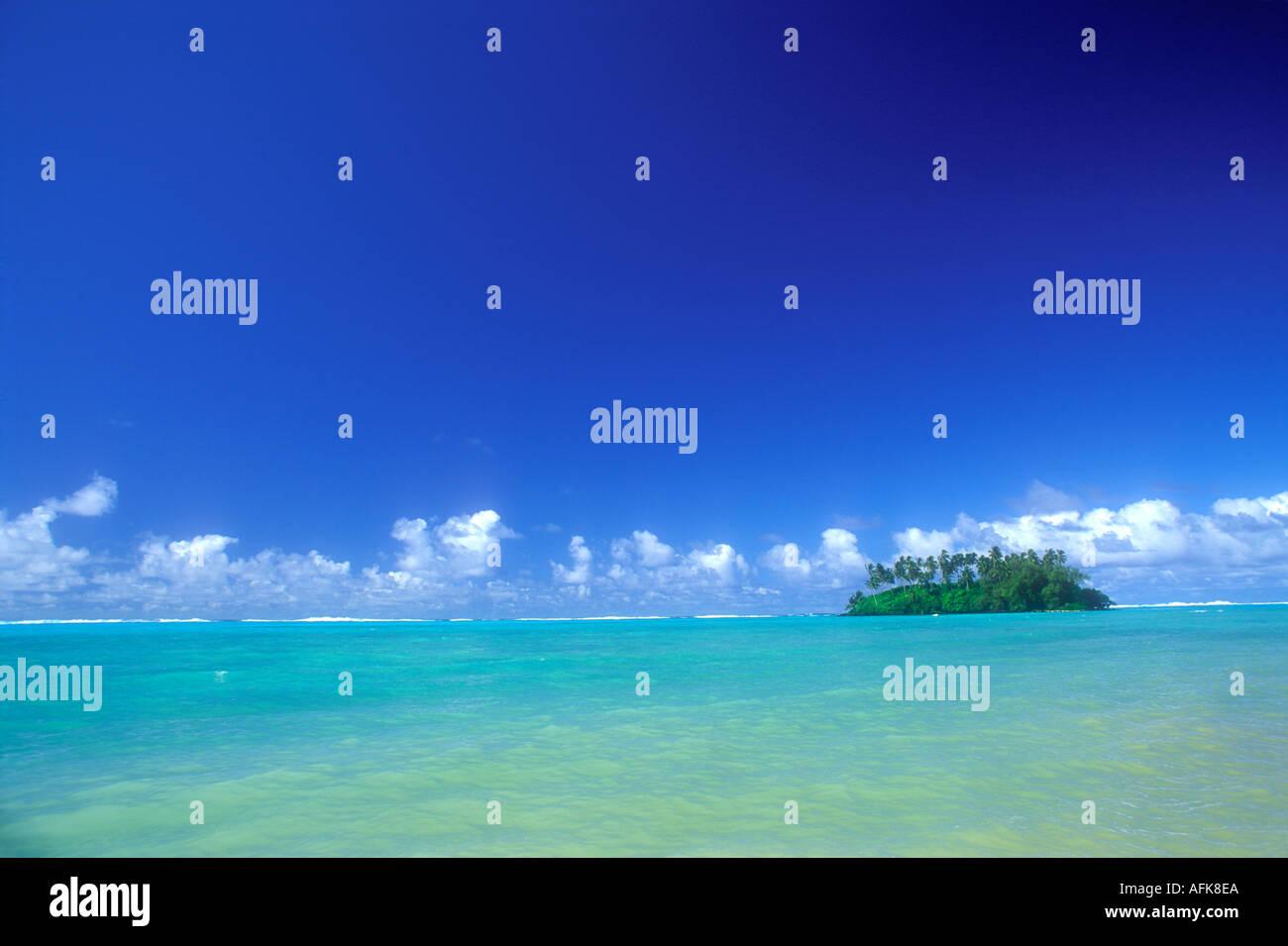 Kleine tropische Insel am Horizont in der Cook-Inseln Polynesien Süd-Pazifik Stockbild