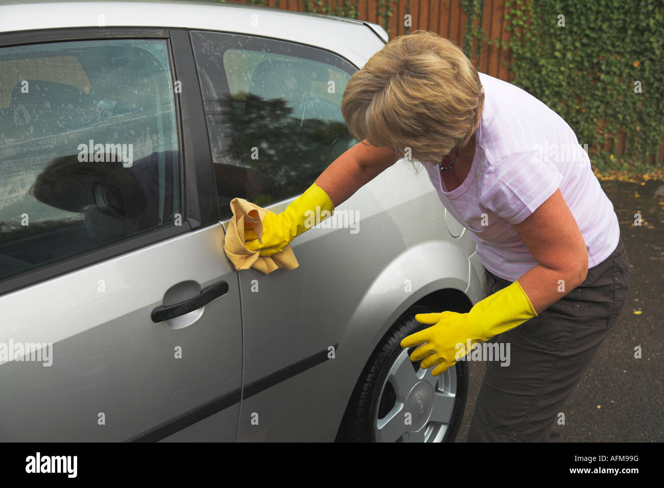 car cleaning scrub scrubbing stockfotos car cleaning scrub scrubbing bilder alamy. Black Bedroom Furniture Sets. Home Design Ideas