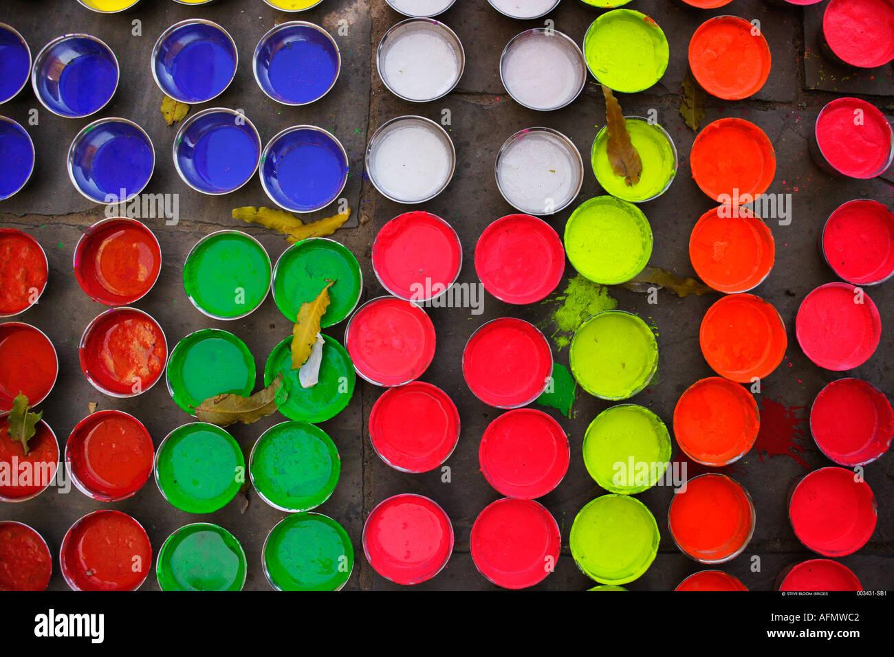 Farbtöpfe verwendet für die Dekoration von Elefanten für den Elephant Festival Jaipur Indien Stockbild