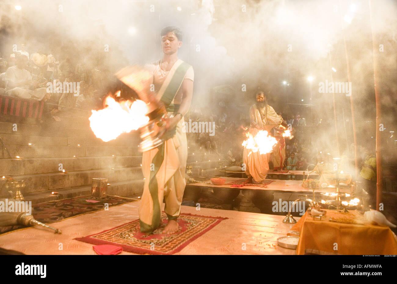 Hinduistische heilige Männer, die religiöse Zeremonie Puja Varanasi Indien durchführen Stockbild