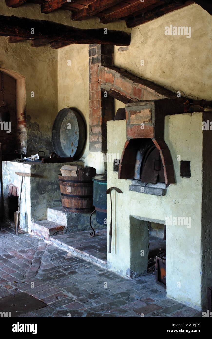 Rustikale Land Bauernhaus Küche mit Holzofen Stockfoto, Bild ...