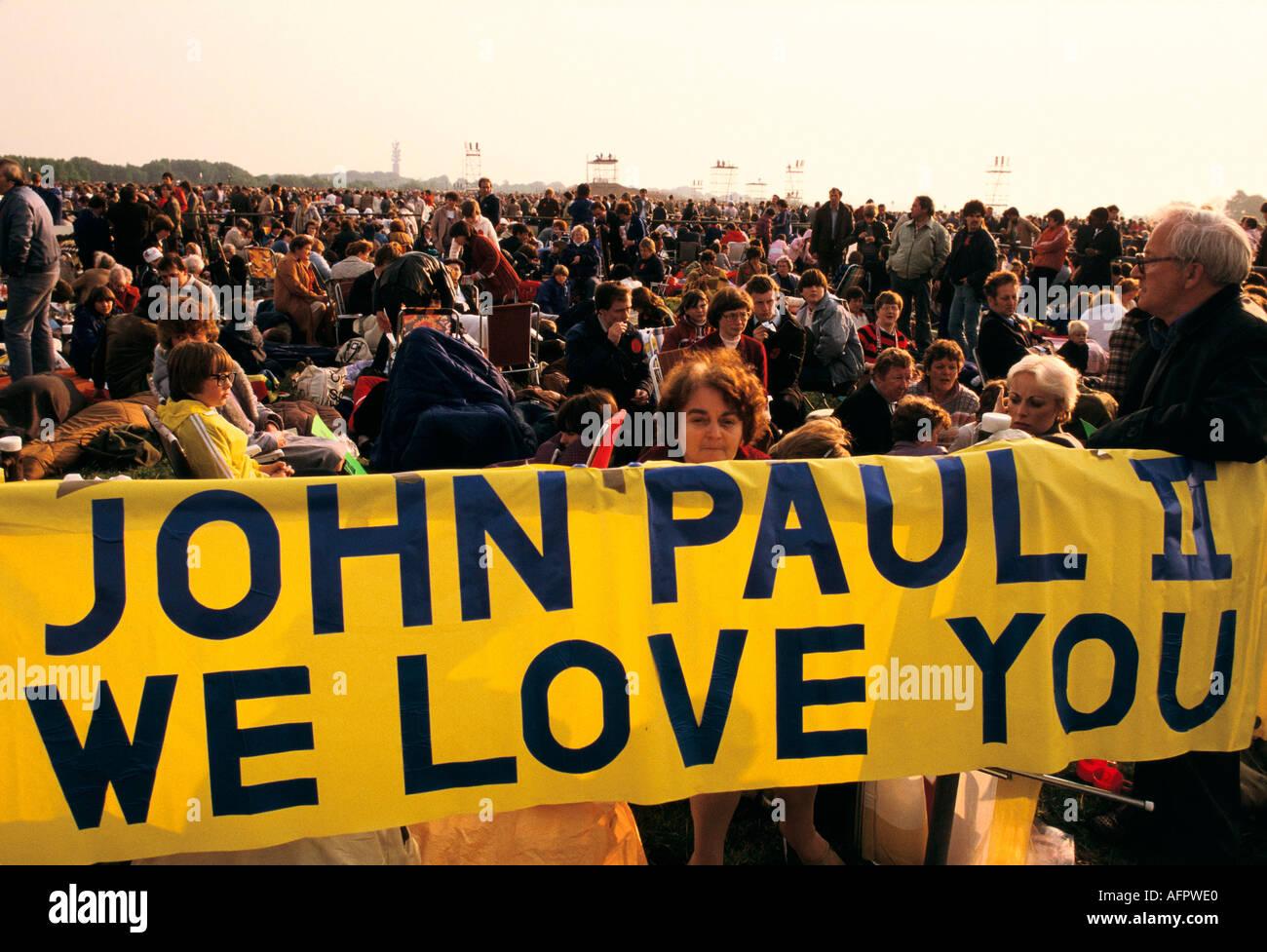 """Papst Johannes PAUL II. Schottland 1982 """"we love Sie Banner"""" HOMER SYKES Stockbild"""