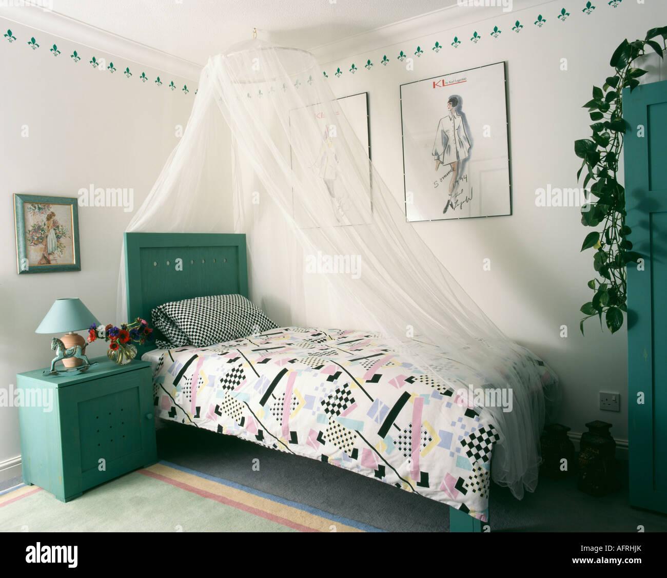 Türkis Nachttisch Schrank Und Kopfteil In Schlafzimmer Mit Abstrakten  Gemusterte Bettwäsche Und Weißem Moskitonetz über Dem Bett