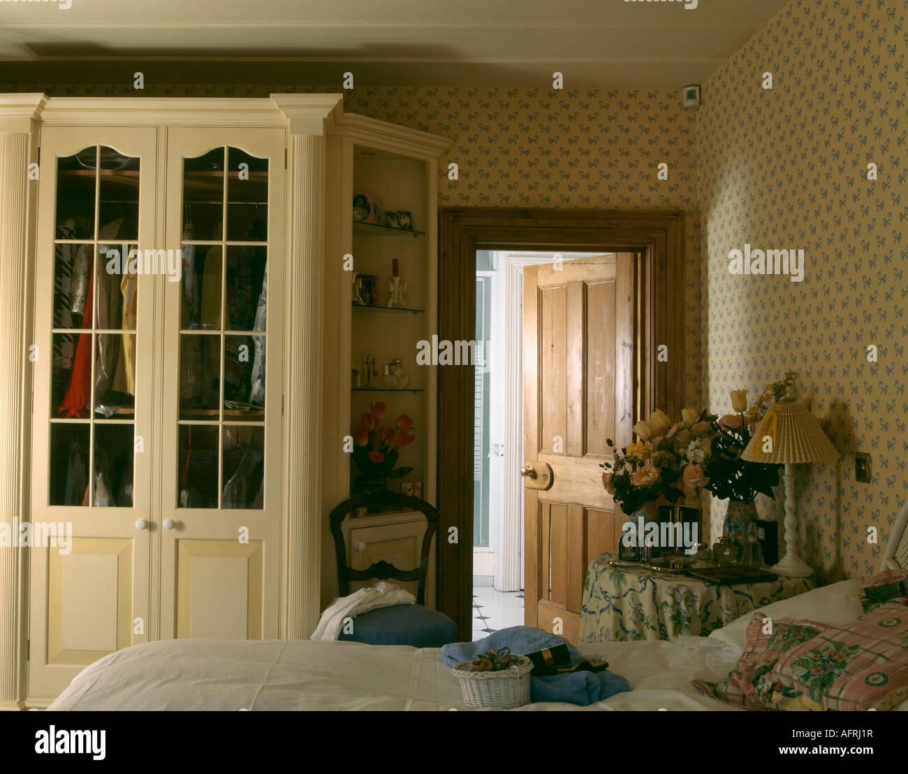 Einbauschrank in neunziger Jahre Schlafzimmer mit Tapeten an den ...