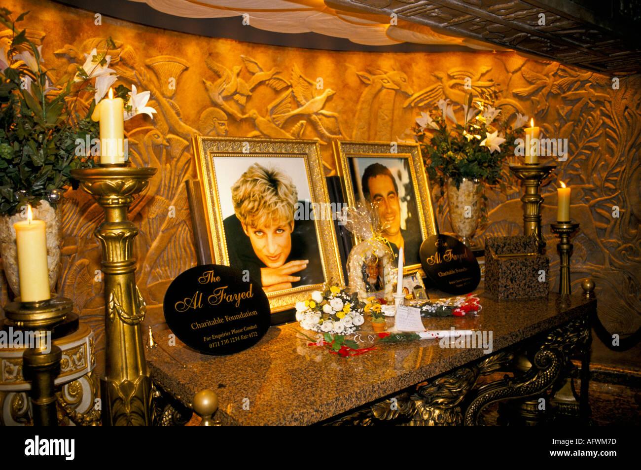 Prinzessin von Wales und Dodi Fayed Kaufhaus Harrods Besucher am Denkmal Schrein zu Diana London 1998 1990 S UK HOMER SYKES Stockbild