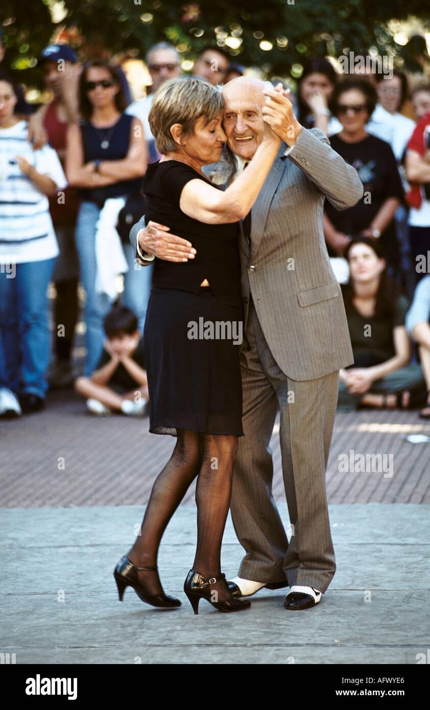 Ältere Paare tanzen den Tango im Plaza Dorrego, Buenos Aires, Argentinien. HOMER SYKES Stockbild