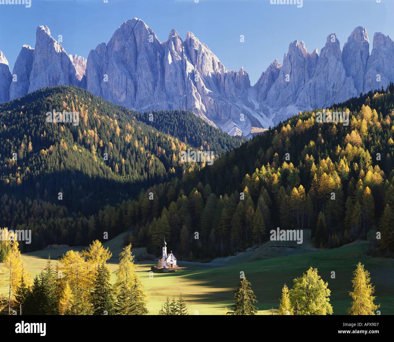 ES - Dolomiten: St. Johann in Ranui und Geisler Rollen Bergen Stockbild