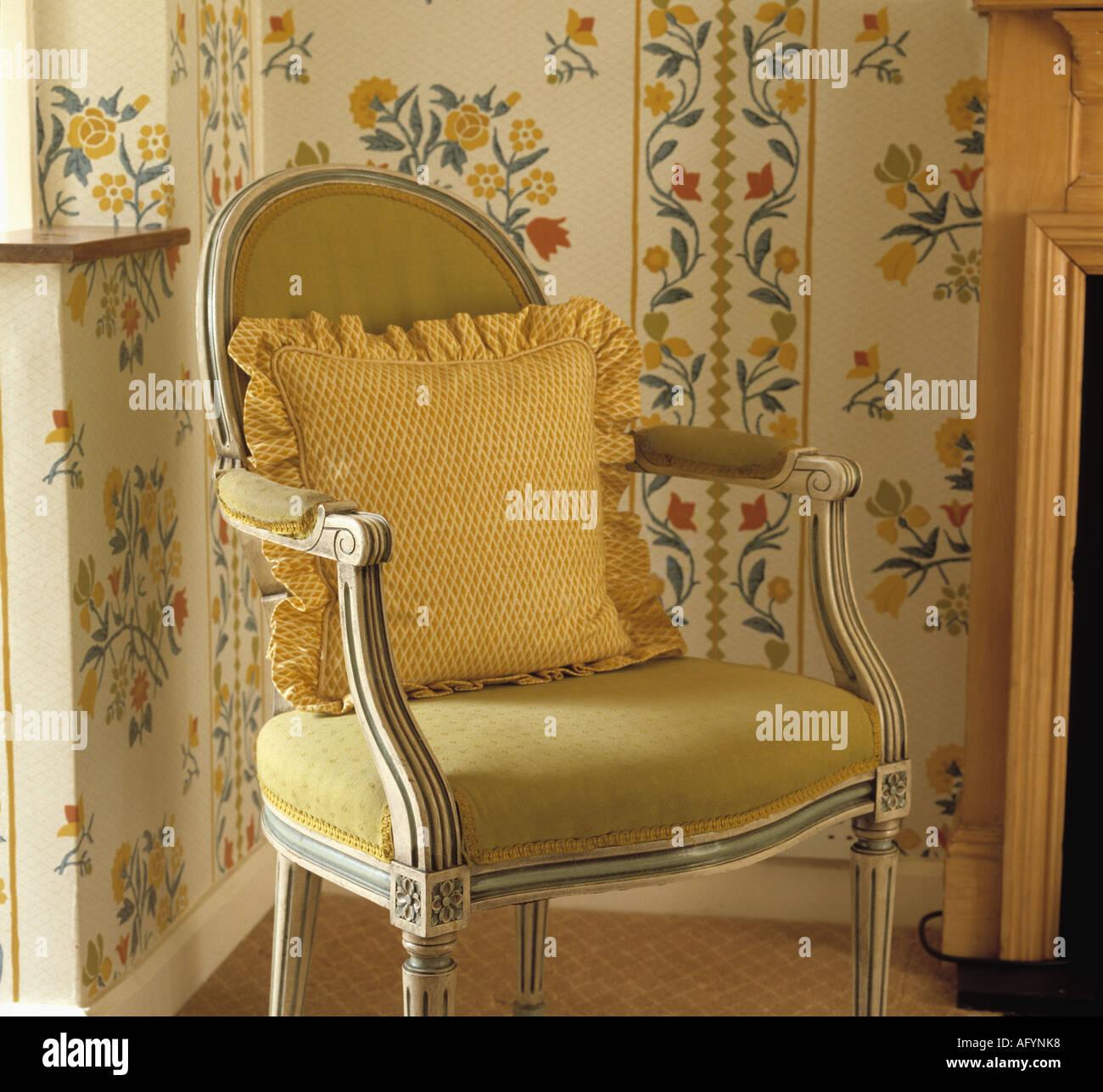 Nahaufnahme Des Französischen Stil Gelb Gepolstert, Esszimmer Stuhl Mit  Gelben Kissen In Der Ecke Des Raumes Mit Floral Gemusterten Tapeten