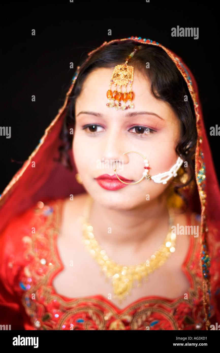 Schöne Frau, die traditionelle indische und pakistanische Hochzeit ...