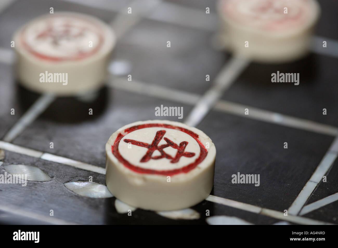 Chinesische Schachfiguren auf einem Brett Xiangqi Stockbild