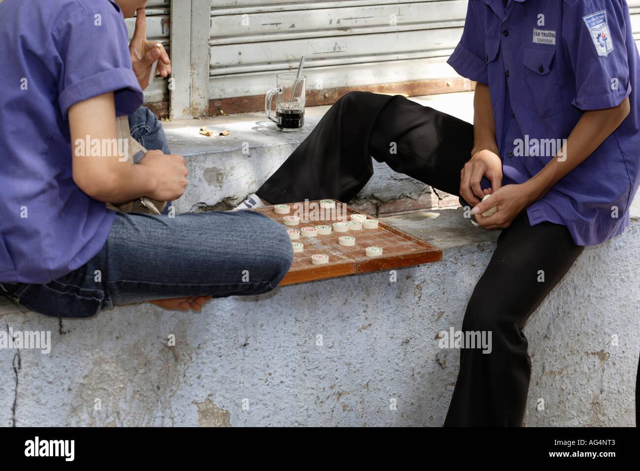 Zwei Männer spielen chinesische Schach Xiangqi Stockbild