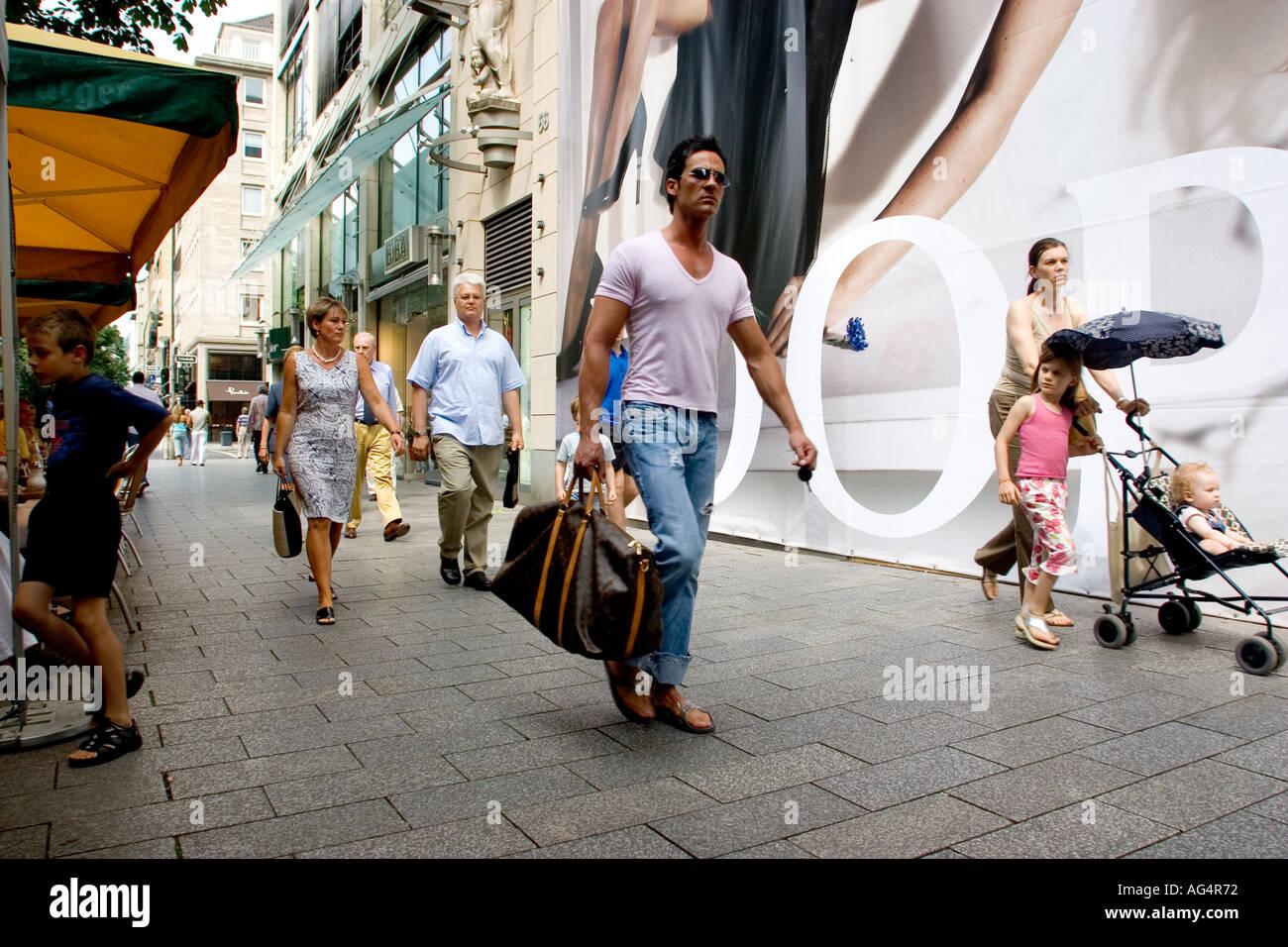 ab5d989ecfd62 Deutschland Düsseldorf Modegeschäfte auf Konigsallee Street bekannt für  seine s teure Designer-Boutiquen und Cafés