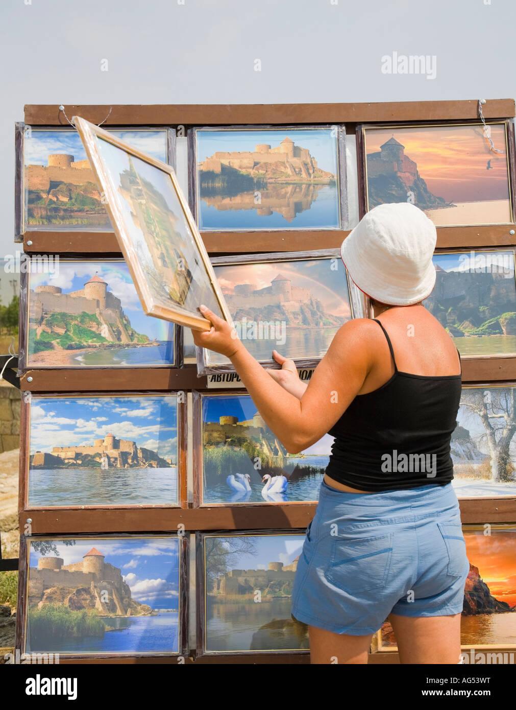 Ein Tourist steht in einem Stall, die Bilder von der Festung Akkerman verkauft / Ukraine Stockbild