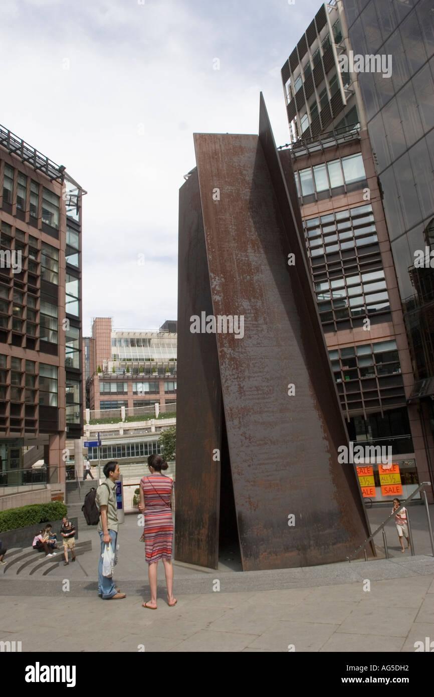 """Skulptur mit dem Titel """"Fulcrum"""" des amerikanischen Künstlers Richard Serra am Eingang zum Broadgate in der City of London GB UK Stockbild"""