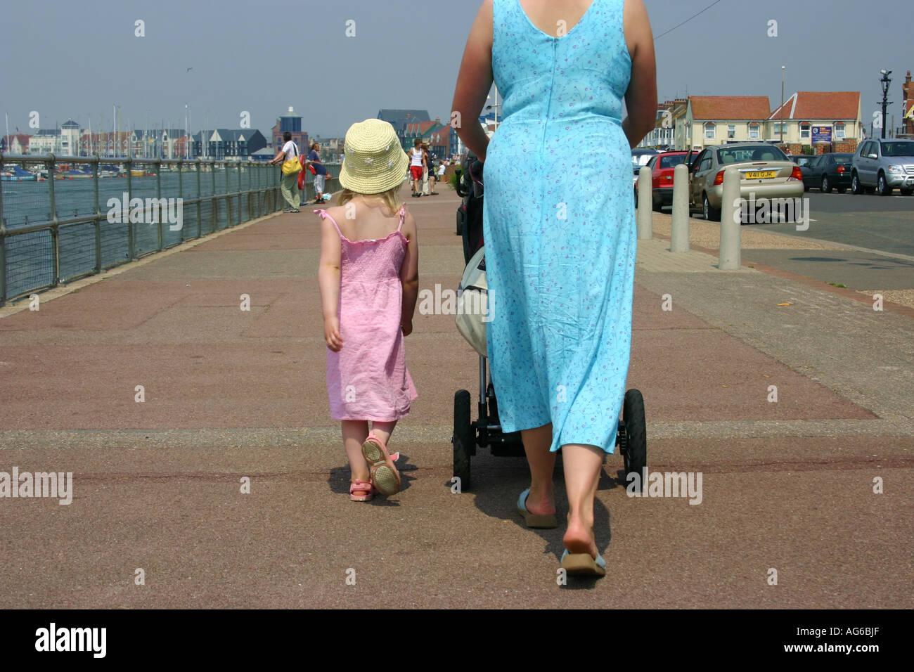 Mutter und Tochter im Hafen von Littlehampton Stockbild