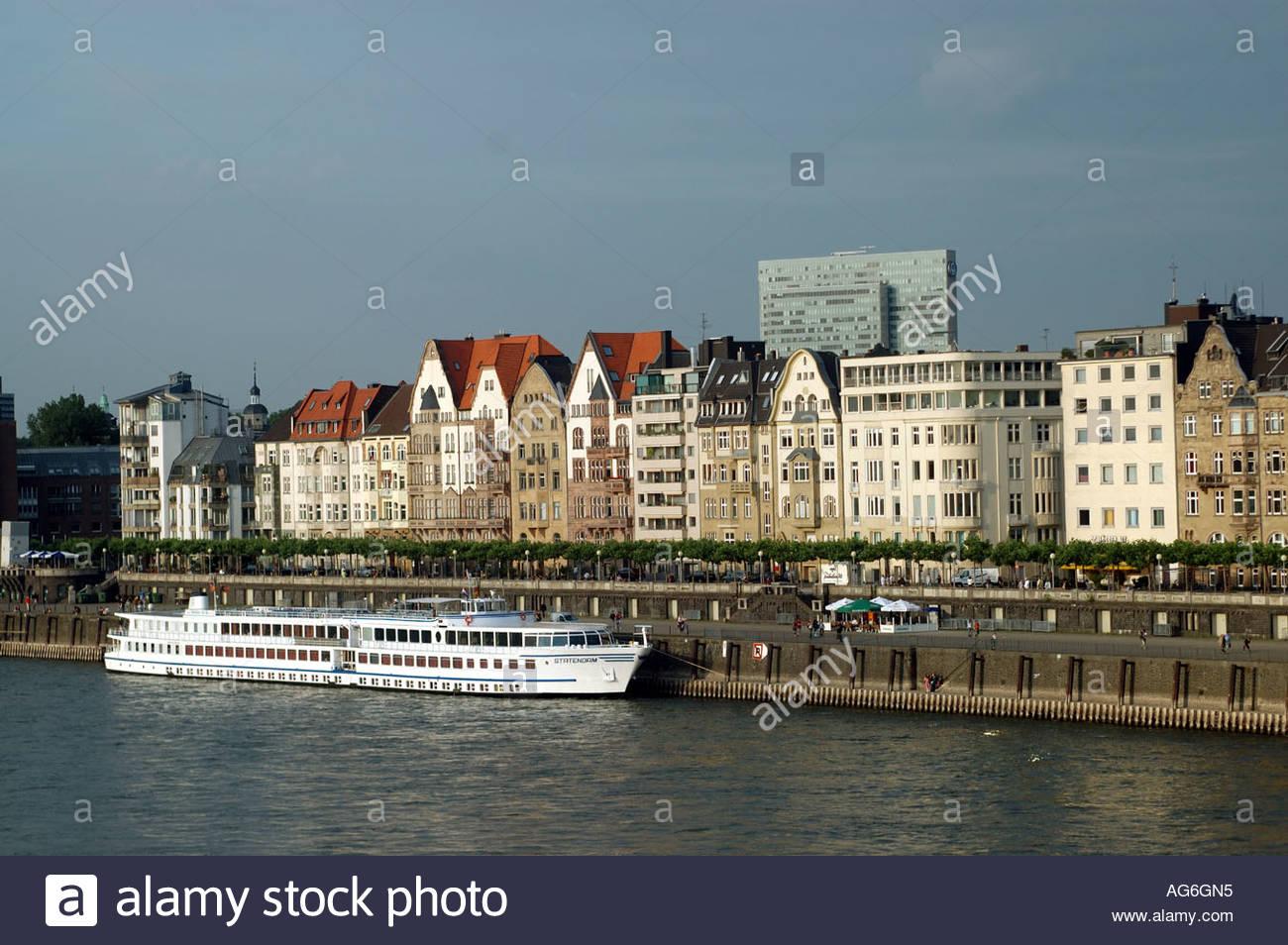 Düsseldorf Deutschland Fluss Boot vertäut am Ufer des Rheins. Stockbild