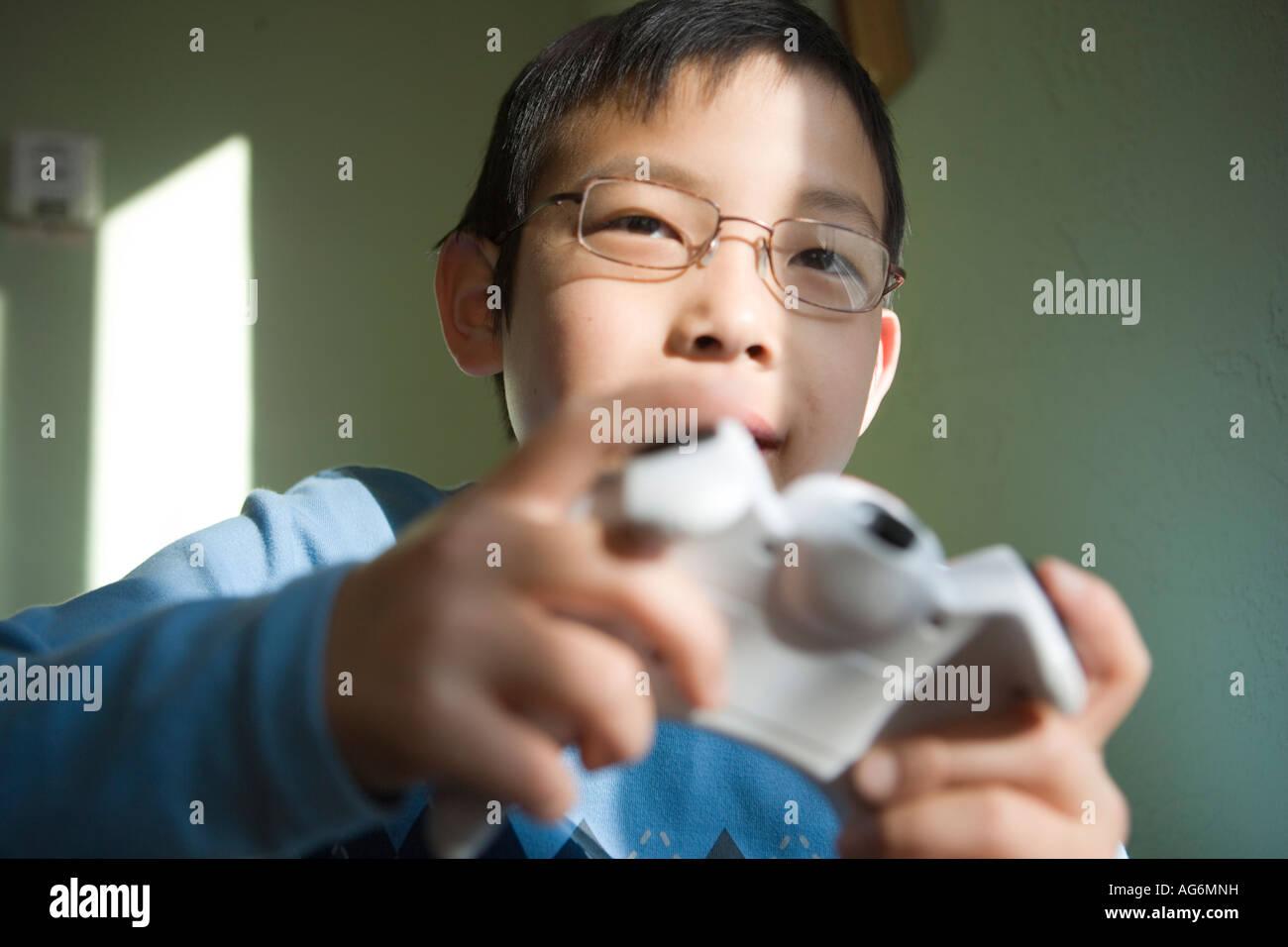 japanische zehnjähriger Junge spielen Videospiel closeup Stockbild