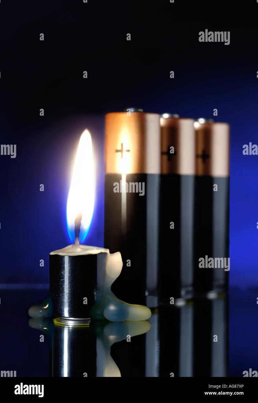 Batterie, brennt wie eine Kerze Strom Energiequellen und Konservierungskonzept Stockbild