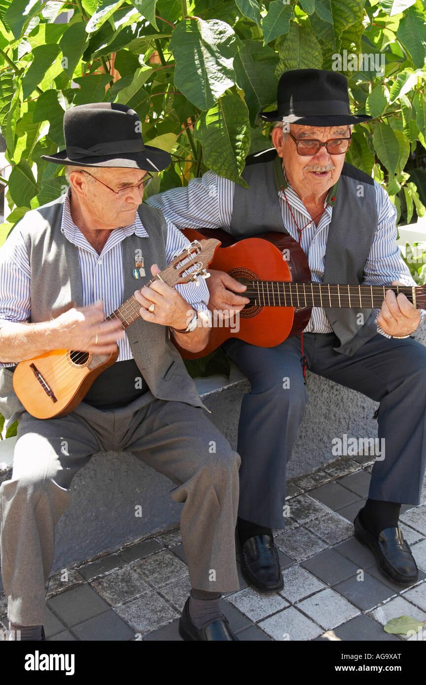 Zwei Musiker in Tracht am Patron saint Fiesta in Guia, Gran Canaria Stockbild