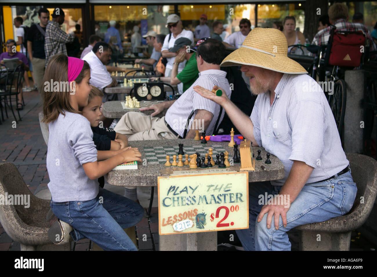 Erziehung von Kindern das Spiel des Schachs am Gartentisch Harvard Square gegenüber Harvard University Cambridge MA Schachmeister Stockbild