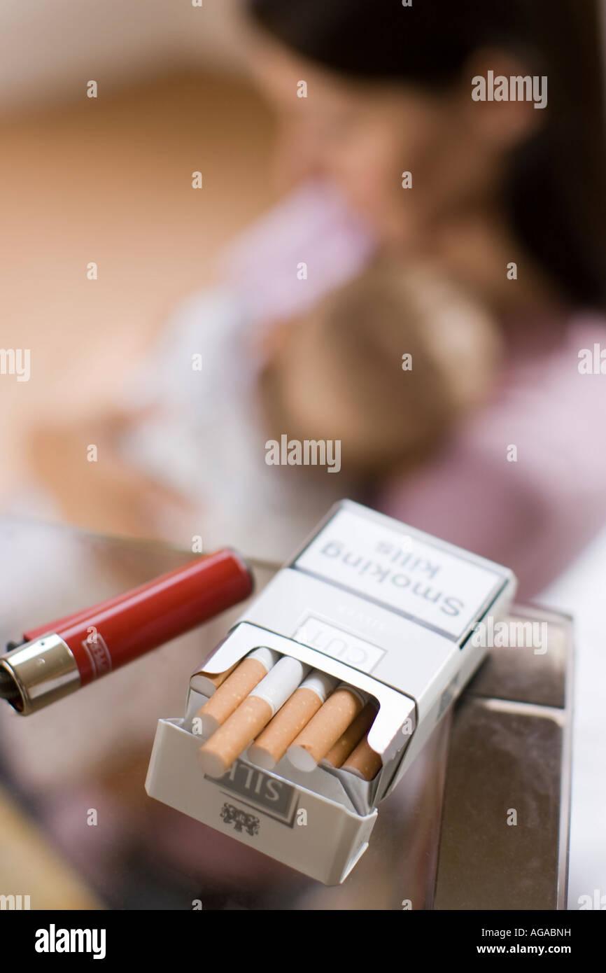 Konzept der Zigaretten Mutter & Kind Stockbild