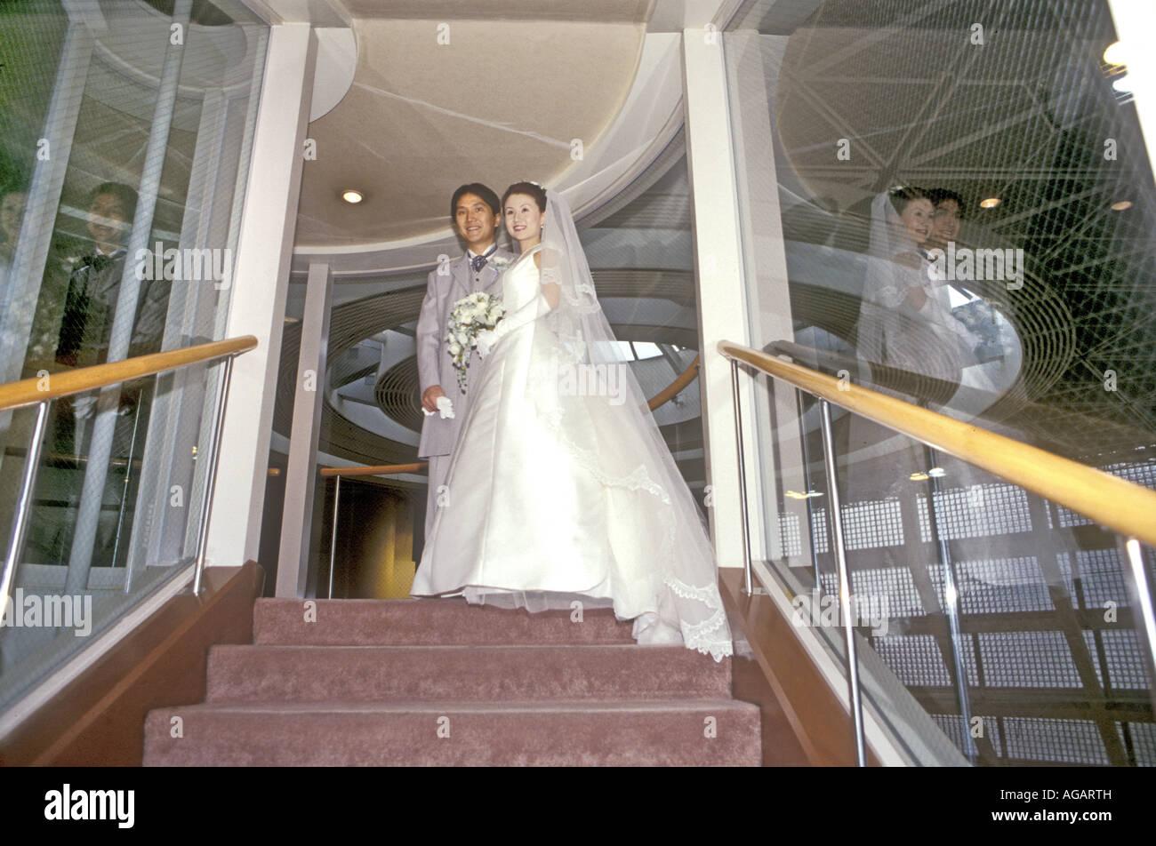 Ein japanischer Hochzeitspaar in der katholischen Kirche innerhalb ...