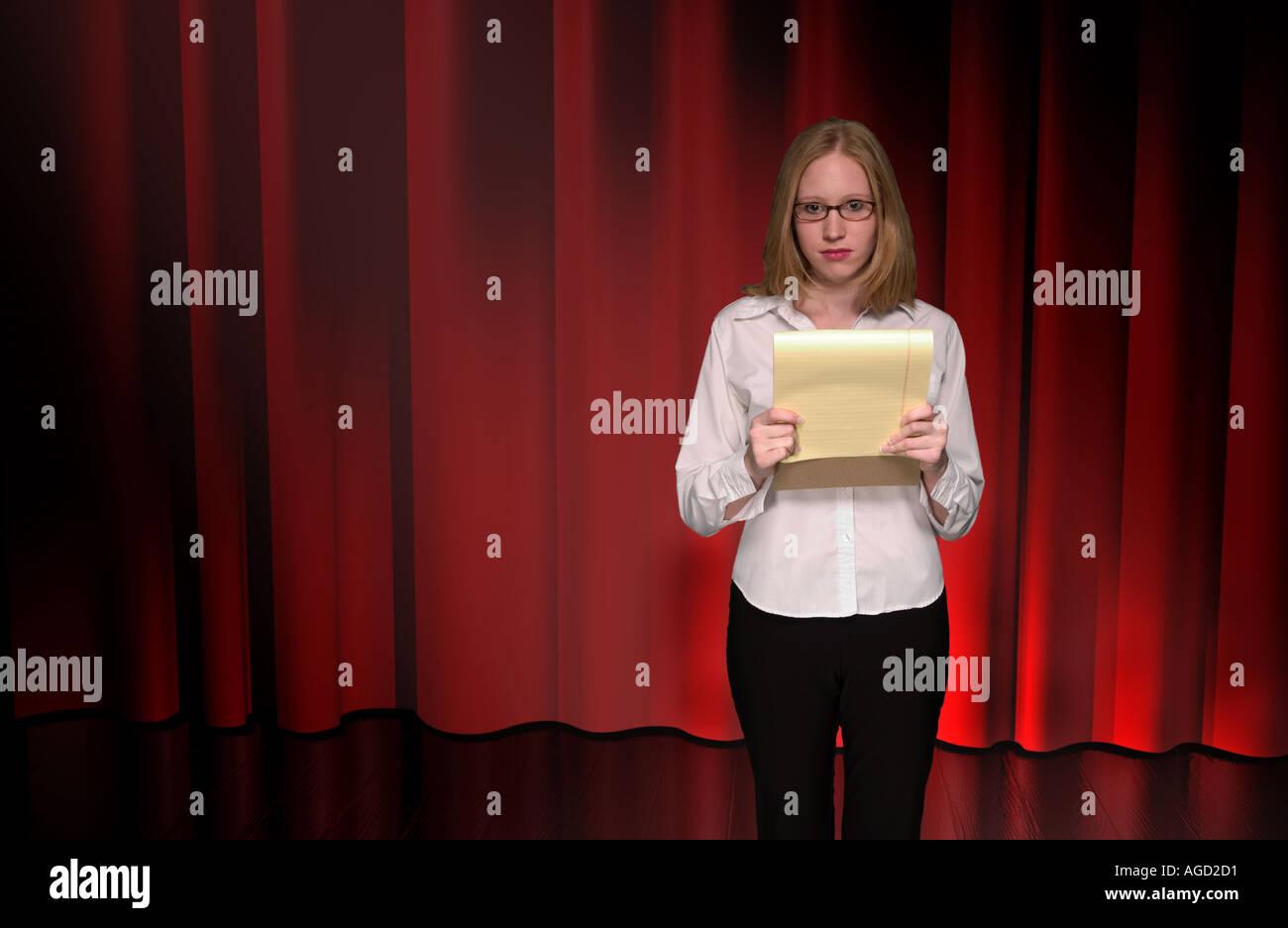 Kaukasische jugendlich Mädchen gibt Rede auf der Bühne USA Stockfoto