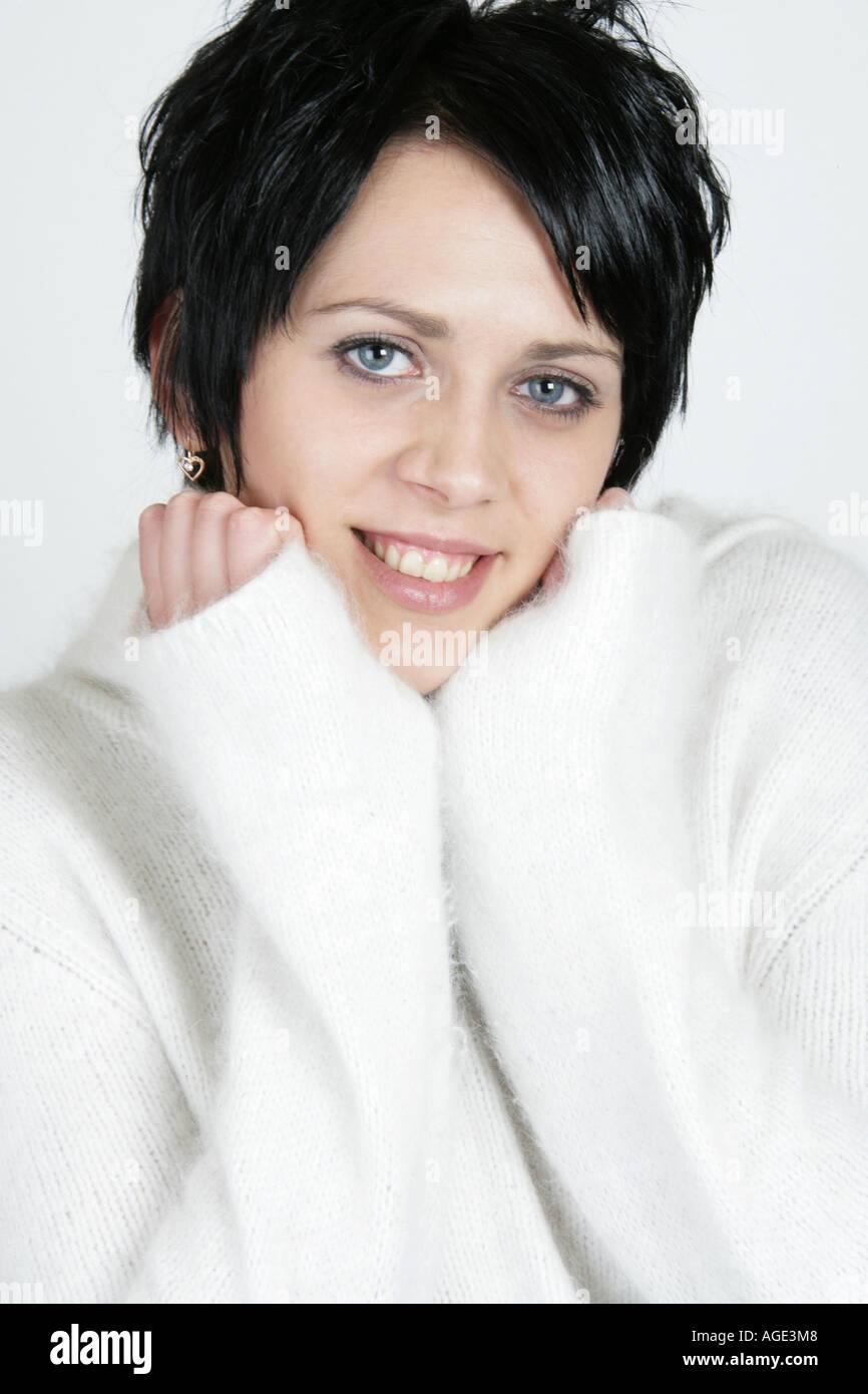 Portrat Einer Jungen Litauischen Frau Mit Schwarzen Haaren Und