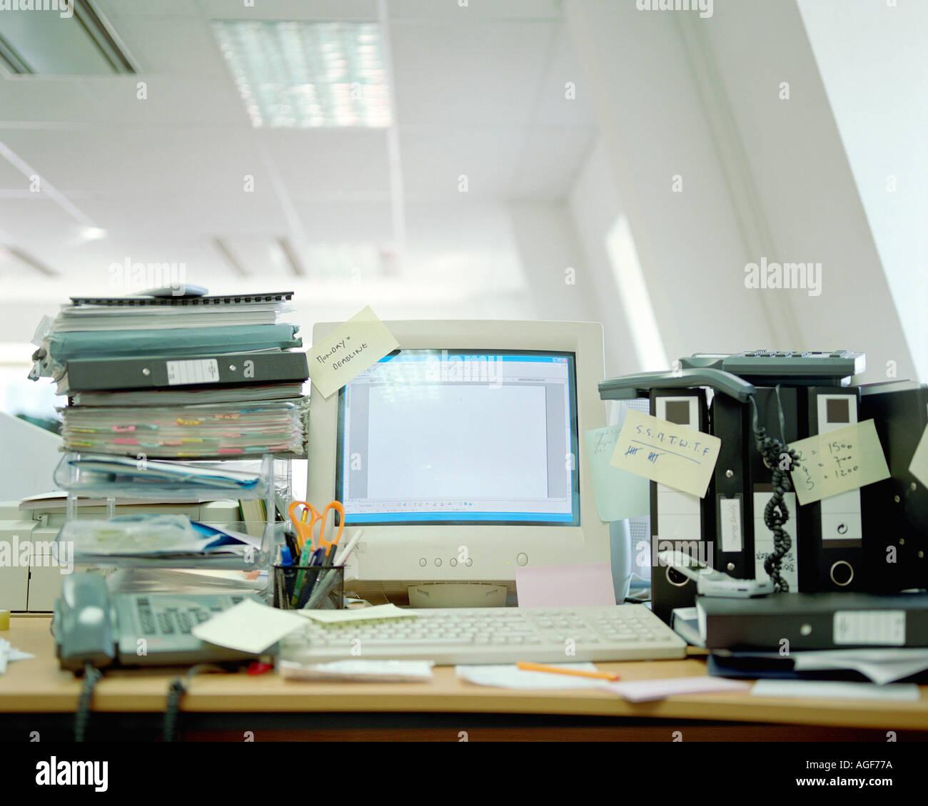 Unordentlichen Schreibtisch Stockbild