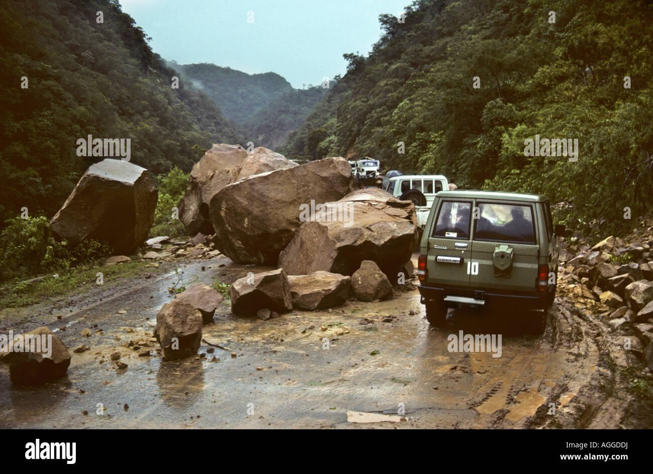 Bolivien, Santa Cruz, Steinschlag unterwegs. Felsen unterwegs. Stockbild