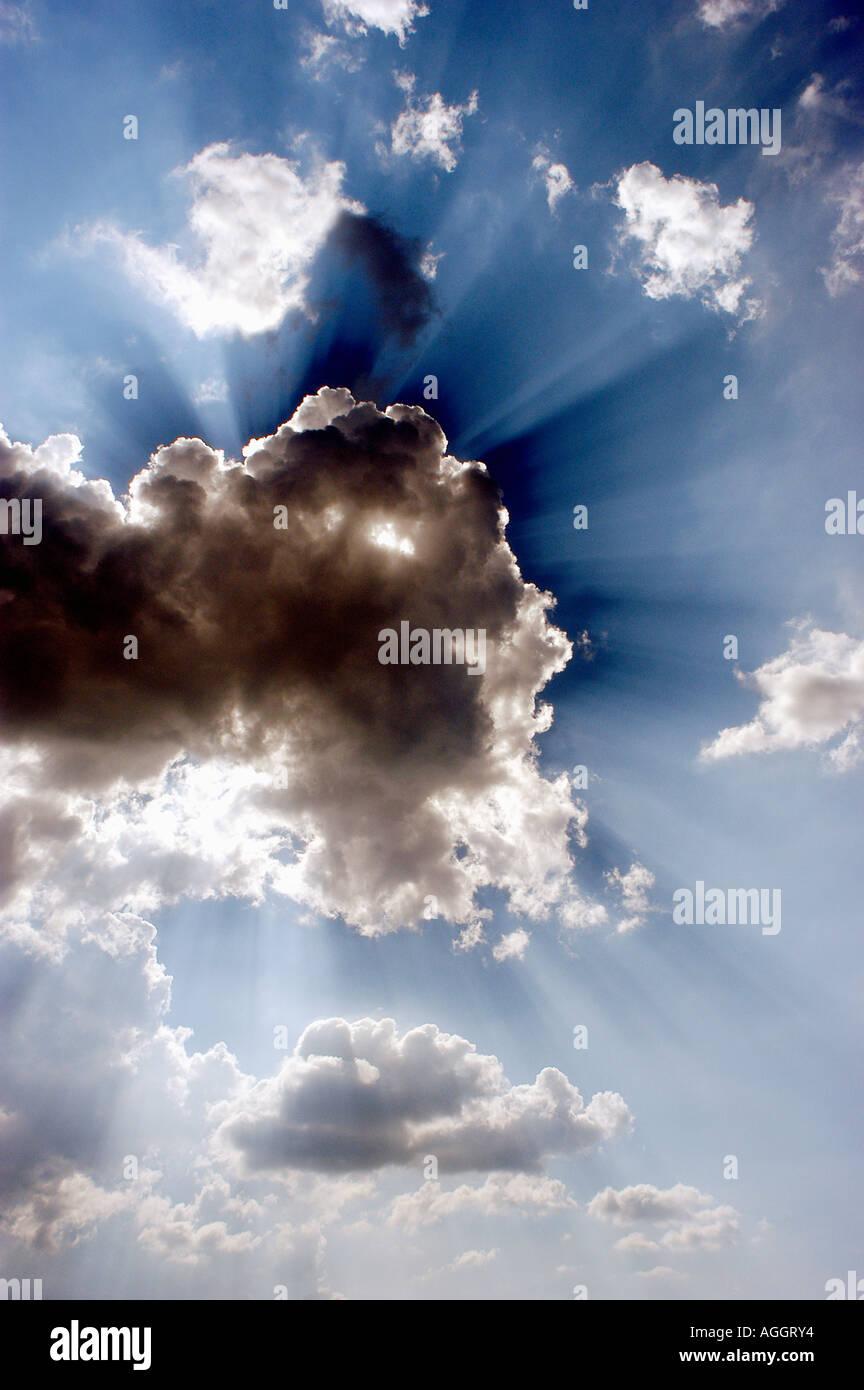 Sonne hinter Wolken Stockbild
