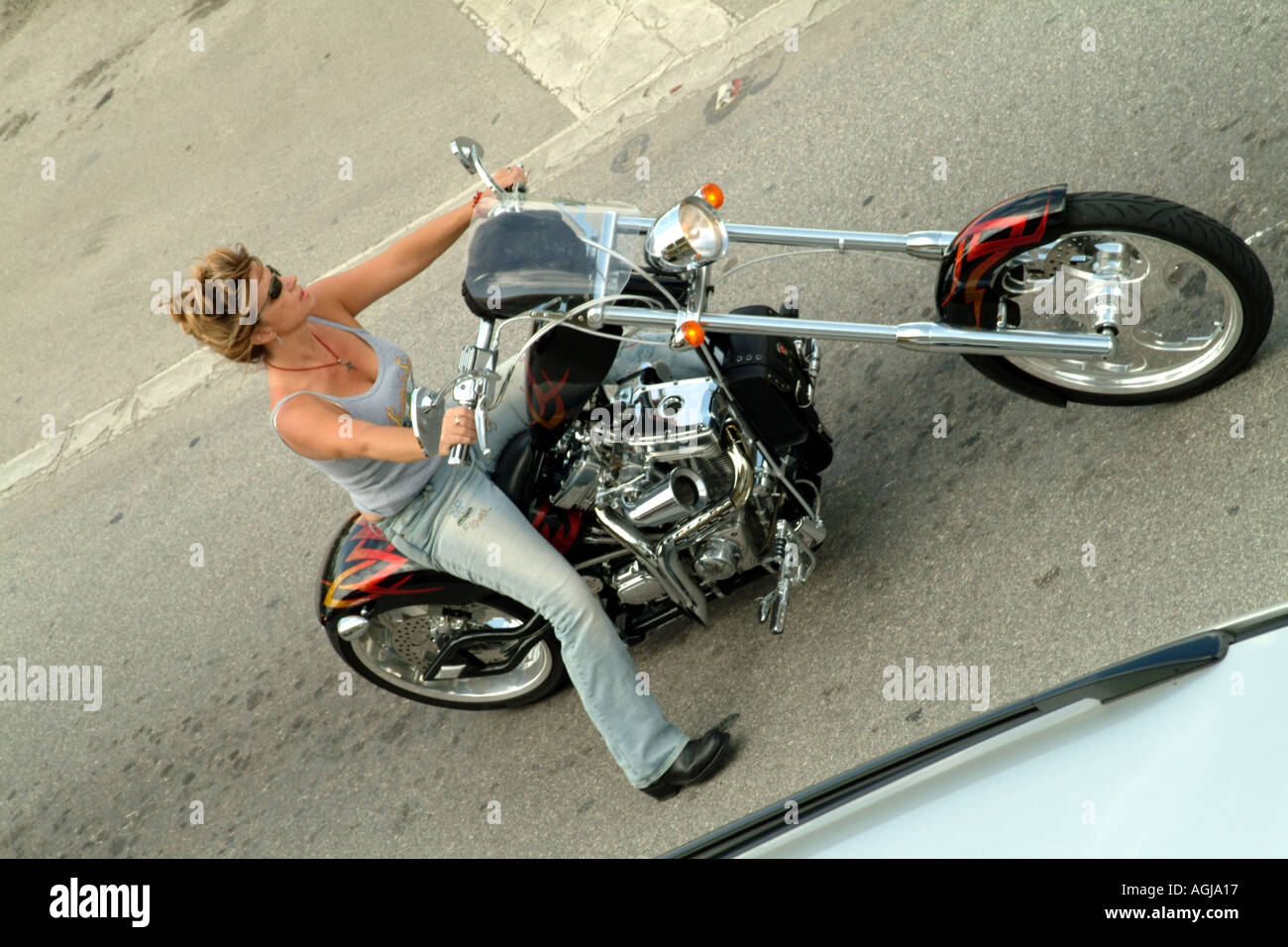 Frau Biker auf maßgeschneiderte gestreckten Pan Head Harley Davidson ...