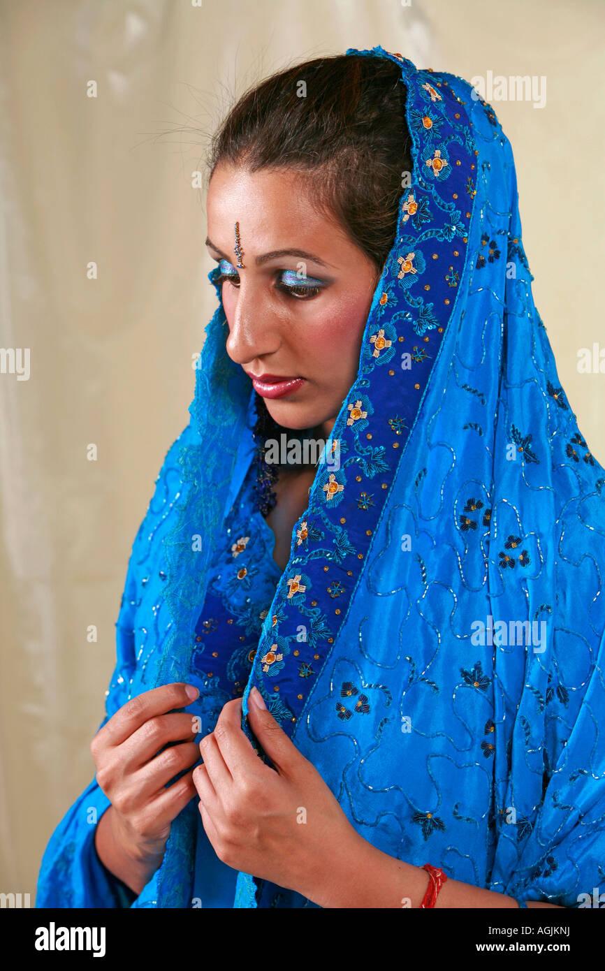 Asiatin in einem Brautkleid mit Hochzeits Make up, Bindi & Schal ...