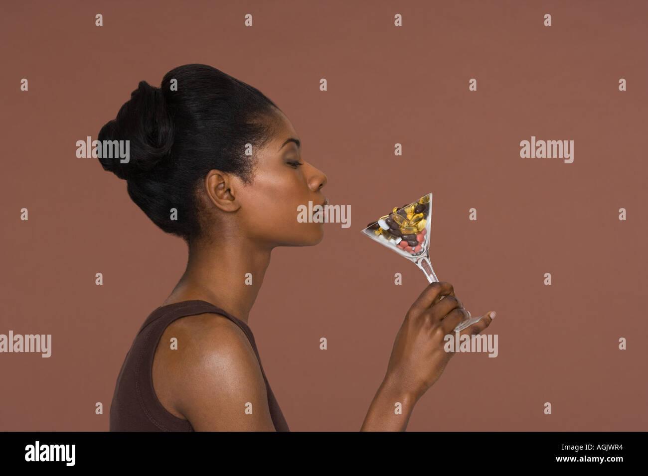 Junge Frau mit einem cocktail Glas Vitamine Stockbild