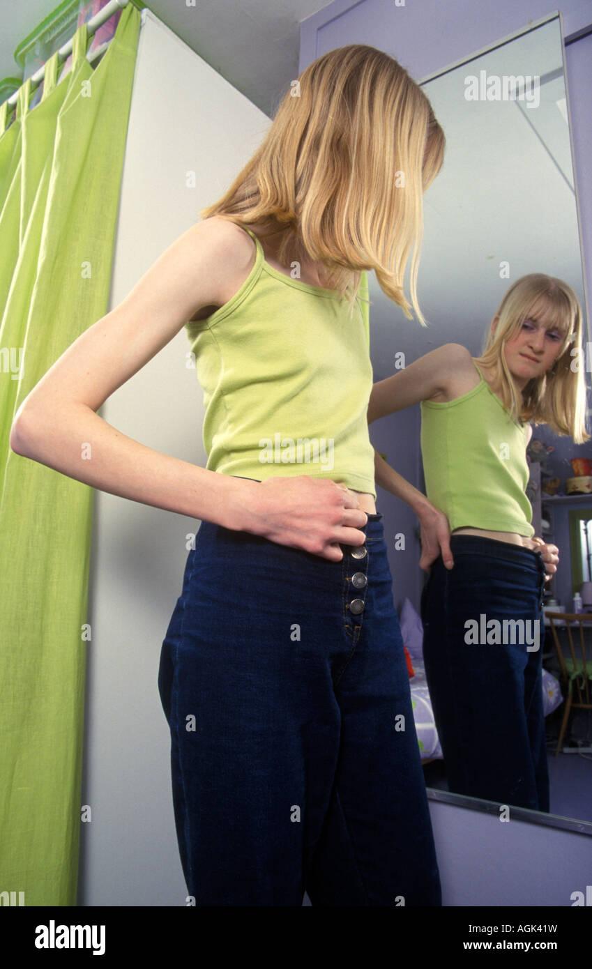 Teenager Mädchen Blick Auf Ihr Spiegelbild In Den Spiegel Stockfoto