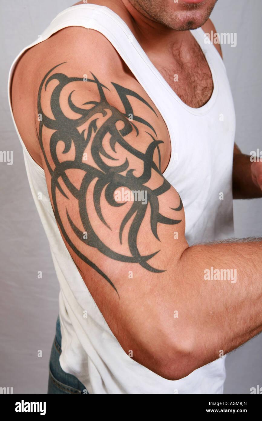 Nahaufnahme des muskulösen männlichen Bizeps und Schulter mit ... - Bizeps Tattoo